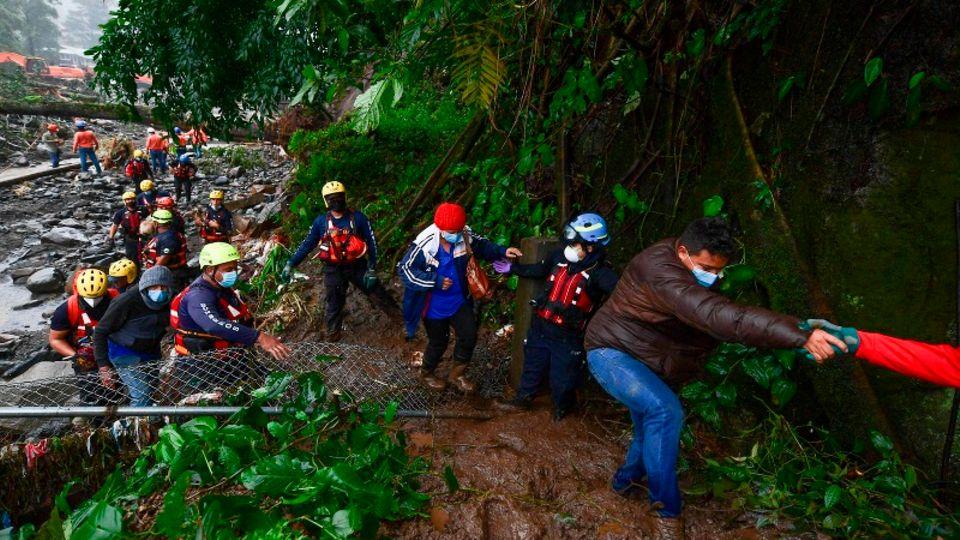 Rettungshelfer des Roten Kreuz evakuieren ein Dorf in Panama, das durch Hurrikan Eta überschwemmt wurde.