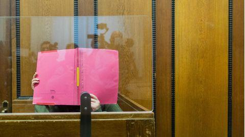 Nordrhein-Westfalen, Mönchengladbach: Die Angeklagte sitzt in einem Gerichtssaal des Landgerichts