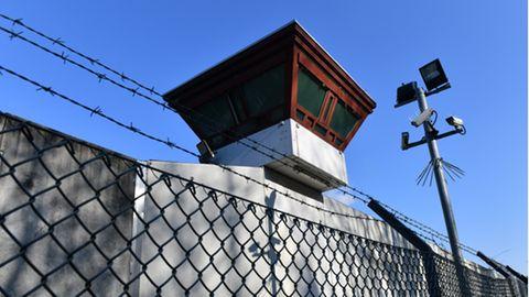 Gebäude auf dem Gelände der Justizvollzugsanstalt Tegel zu sehen.