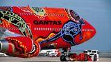 """Im Laufe der vergangenen Jahrzehnte machte Qanatas immer wieder mit Aboriginal-Art-Lackierungen auf sich aufmerksam, wie diese Boeing 747-400 """"Wunala""""."""
