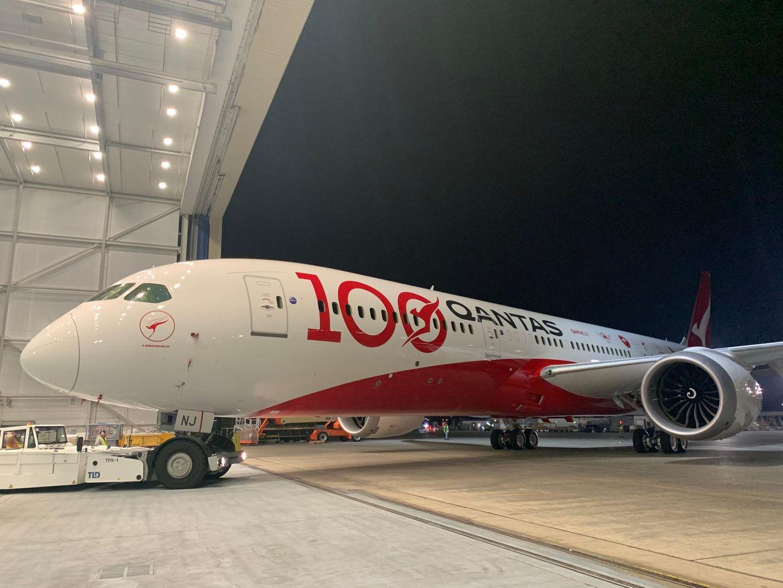 Bild 1 von 17der Fotostrecke zum Klicken:In Erinnerung an die Firmengründung vor 100 Jahren: hat diese Boeing 787 eine Jubiläumsbemalung erhalten.