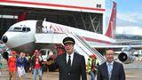 Mit der Boeing 707 begann 1959 das Jet-Zeitalter bei Qantas. Im Bild stehenQantas-Ambassador John Travolta und der Qantas-Chef Alan Joyce anlässlich der 90-jährigen Jubiläums vor einer musealen Boeing 707.