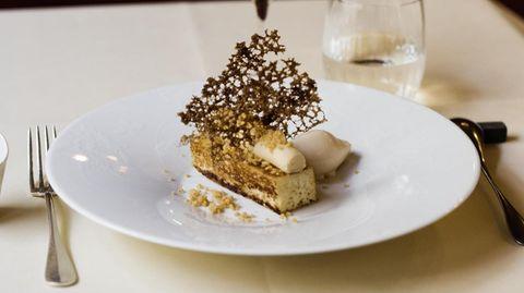 Angerichtet besteht das Dessert aus Gold- und Brauntönen