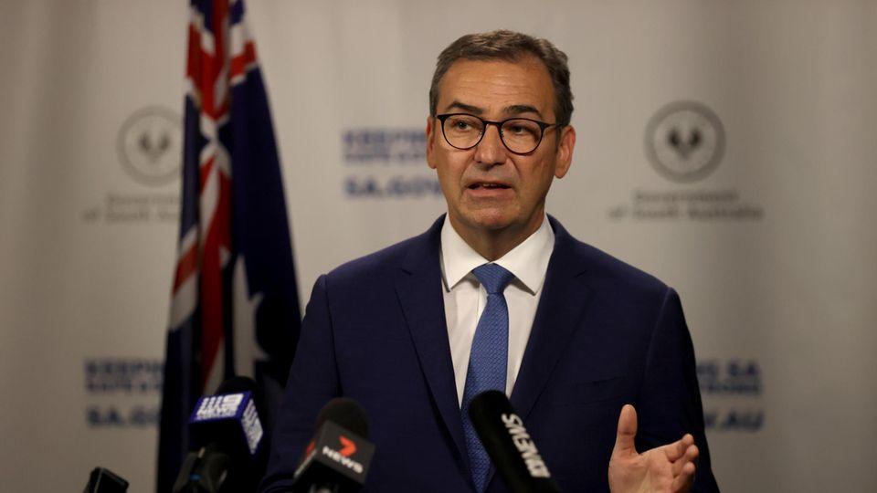 Der südaustralische Premierminister Steven Marshall spricht bei einer Pressekonferenz über die neuen Beschränkungen