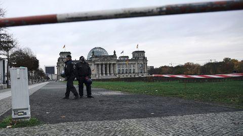 Polizei vor dem Deutschen Bundestag, in dem über die Änderung des Infektionsschutzgesetzes abgestimmt werden soll