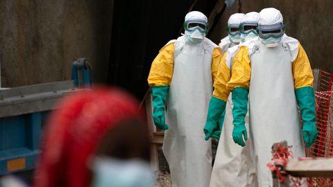 Kongo, Beni: Helfer in spezieller Schutzkleidung kommen zur Arbeit in ein Ebola-Behandlungszentrum. Der zentralafrikanische Kongo ist offiziell frei von der gefährlichen Krankheit Ebola.