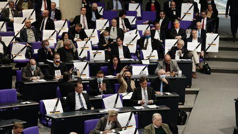 AfD protestiert mit Plakaten im Bundestag gegen Abstimmung über Infektionsschutzgesetz.