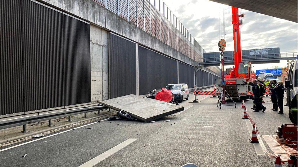 Ein Betonteil einer Lärmschutzwand liegt auf der Autobahn 3 (A3) auf einem Pkw