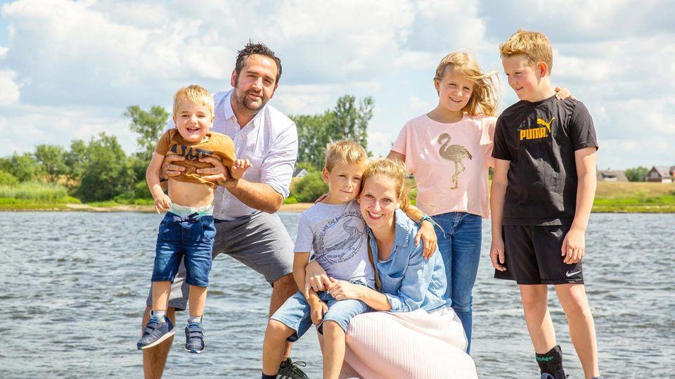 Kalle (4, ganz links) mit seinem Papa Jan, Bruder Jeppe (7), Mama Edda, Schwester Lotta (9) und Bruder Ben (11)