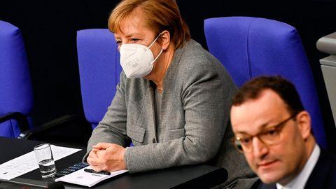 Kanzlerin Angela Merkel hört der Rede von Gesundheitsminister Spahn zum überarbeiteten Infektionsschutzgesetz im Bundestag zu