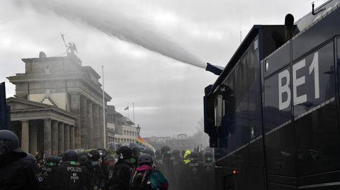 Wegen der massenhaften Verstöße gegen die Hygieneauflagen hat die Polizei die Proteste unter Einsatz von Wasserwerfern beendet.