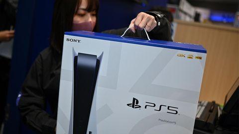 Eine Angestellte eines Elektronikshops in Kawasaki, Japan hält die Playstation 5