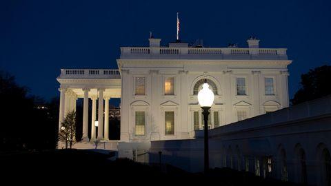 Blick auf Seitenflügel des Weißen Hauses bei Nacht