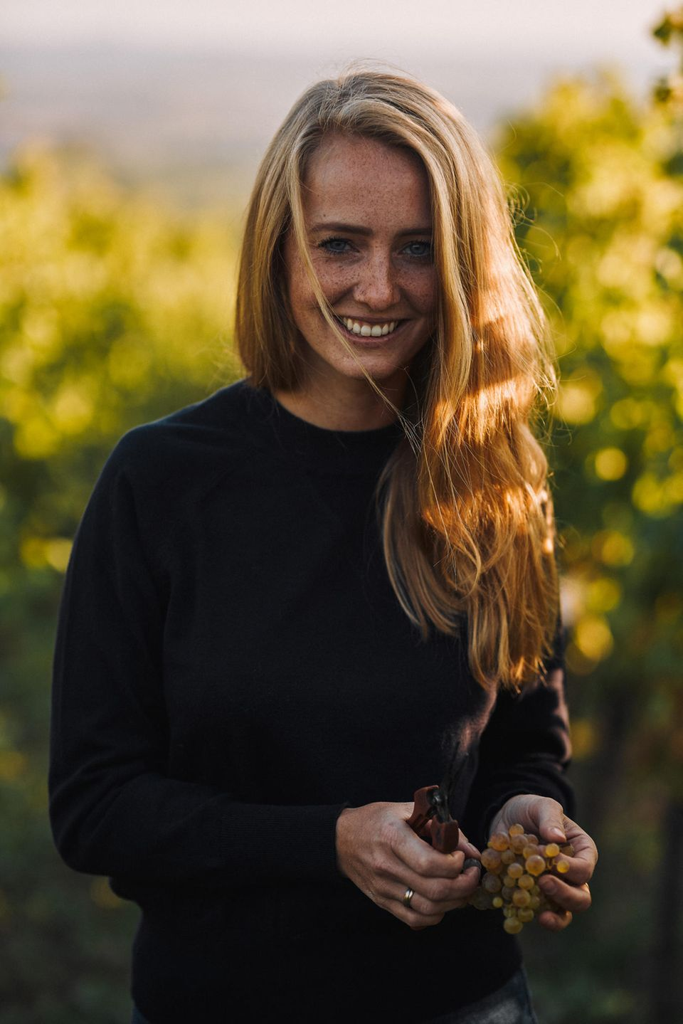 Juliane Eller   stieg mit23 Jahren als Winzerin in das Unternehmen ihrer Eltern ein. Sie gründete ihre eigene Wein-Marke - Juwel-Weine - und übernahm bald den ganzen Betrieb. Nachhaltigkeit ist ihr enorm wichtig.