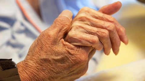 Hände eines alten Paares
