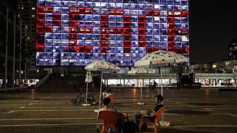"""Der Schriftzug """"Peace"""" leuchtet auf dem Rathaus von Tel Aviv"""