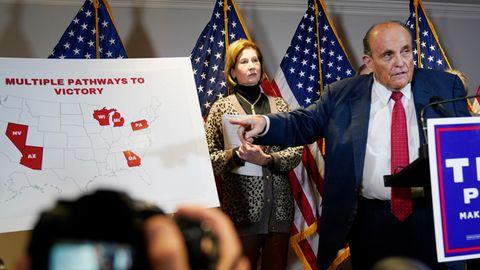 Trump-Anwalt Rudy Giuliani mit einer USA-Karte, auf der sechs Bundesstaat rot ausgefüllt sind