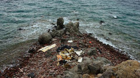 Spuren und Überreste der Landungen von Flüchtlingsbooten an Cape Skamnia auf Lesbos unterhalb des Korakas Lighthouse. Vor allem Rettungswesten, benutzte Motoren, Kleidung und Schlauchboote verbleiben dort.