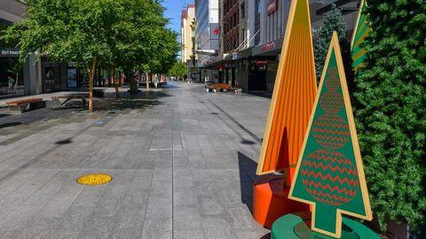 Eine leere Straße in der australischen Stadt Adelaide, am Rand steht Weihnachtsdekoration.