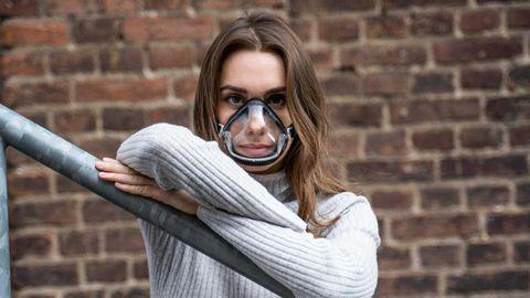 Frau mit FFP-Maske