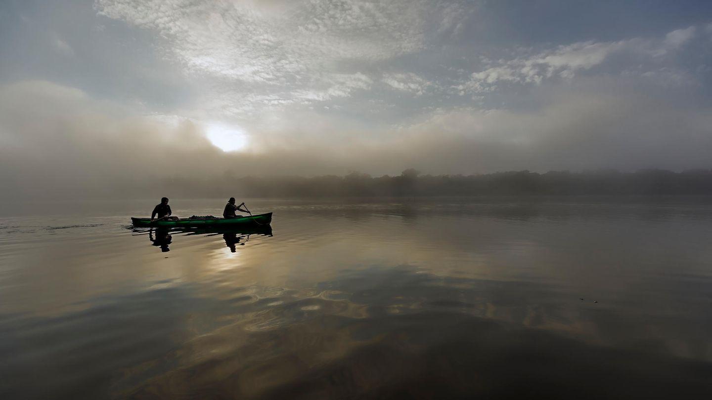 """Bild 1 von 10der Fotostrecke zum Klicken:Einer der schönsten Momente der Reise war früh am Morgen. """"Wir sind bei Nebel losgepaddelt, links von uns sehe ich noch sehr vage das Ufer, ansonsten nur Nebel, eine Sichtweite von zwei, drei Metern. Wir bewegen uns auf dem Amazonas, ohne zu wissen, was sich vor uns befindet. Alles ist still, windstill, das Wasser ganz ruhig… das war schon eine ganz besondere Erfahrung"""", sagt Joey Kelly"""