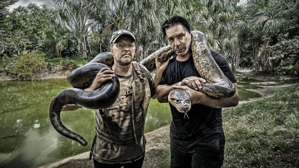 """Respekt vor dem Fluss und Natur hatten beide schon vor der Tour. """"Trotzdem konnte ich mich nicht zurückhalten, Fotos mit Schlangen zu machen, sagt Till Lindemann. """"Ich liebe Schlangen. Dem Joey sind sie unheimlich."""""""