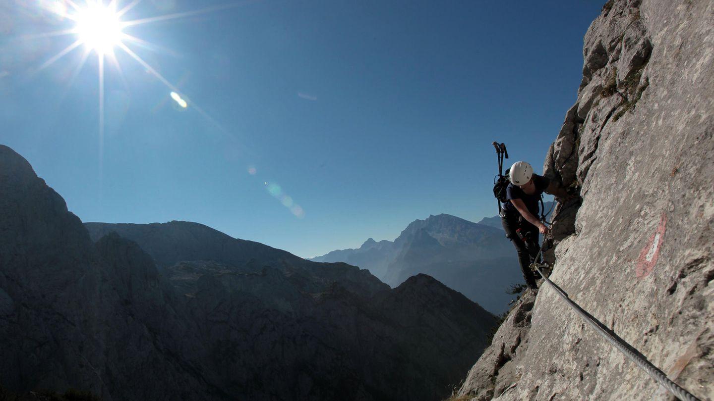 Über den Mandlgrat auf den Hohen Göll, Berchtesgardener Alpen   Gute Trittsicherheit und Schwindelfreiheit sind gefragt. Nimmt man den ersten Bus um 8.30 hinauf, hat man den Mandlgrat fast für sich.   Schwierigkeit: schwer  Länge: 12,6 Kilometer  Dauer 8.30 Stunden  Aufstieg: 1118 hm  Abstieg: 1806 hm   Beschreibung:  Vom Kehlsteinhaus geht es über einen Wanderweg zum Gipfelkreuz des Kehlsteins. Von hier aus rechts haltend führt der Weg zum Mandlgrat Klettersteig über felsiges Gelände. Los geht es noch ohne Kletterstellen in Richtung Südosten. Dort erreicht man die ersten Drahtseile. Dem Mandlgrat folgend erreicht man den beeindruckenden Durchschlupf unter einem riesigen Klemmbock. Über steiles Gelände gelangt man über Felsaufschwünge zu einem flacheren Absatz hinauf. Von hier aus erreicht man den Nordgrat des Hohen Gölls. Hier hält man sich rechts und steigt entlang des Kamms. Nach dem letzten Steilaufschwung wird das Gelände flacher. Hier gut auf die roten Markierungen achten. Das gilt auch für den nun beginnenden Abstieg. Mehr Informationen zur Strecke finden Sie hier.