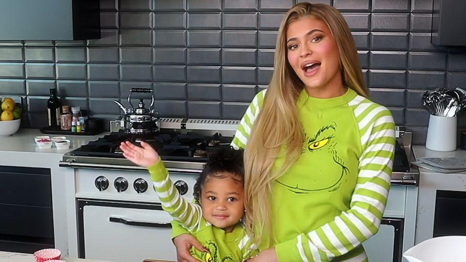 Kylie Jenners Tochter Stormi stiehlt ihrer Mutter die Show in süßem Back-Video