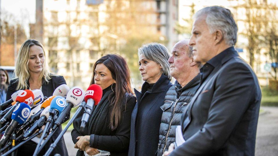 Die Rechtsanwältin und Angehörige des Opfers nach dem Urteil vor der Presse