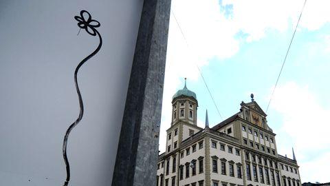 Eine auf eine Hauswand gemalte Blume in Augsburg