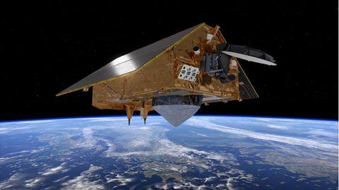 Der Esa-Satellit Sentinel-6 über der blau schimmernden Erde