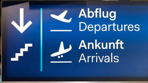 """""""Abflug / Ankunft"""" steht auf einem Schild am Flughafen Düsseldorf"""