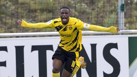 Youssoufa Moukoko jubelt nach seine Tor gegen Schalke 04 im A-Jugend-Derby