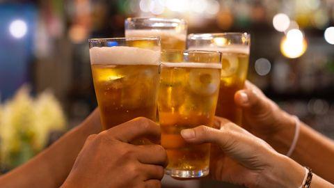 News zum Coronavirus: Vier Personen prosten sich mit Biergläsern zu