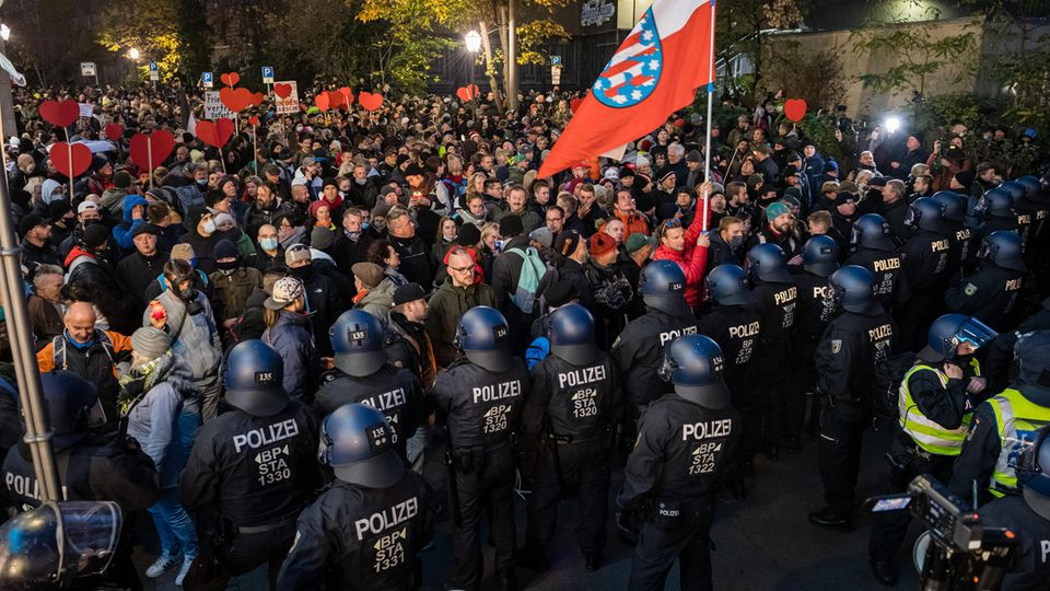 Polizei bei Coronavirus-Demo in Leipzig