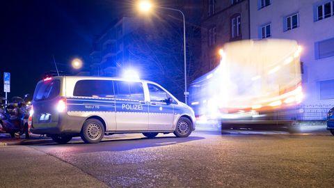 News vom Wochenende: Polizei und Krankenwagen stehen an einem Einsatzort