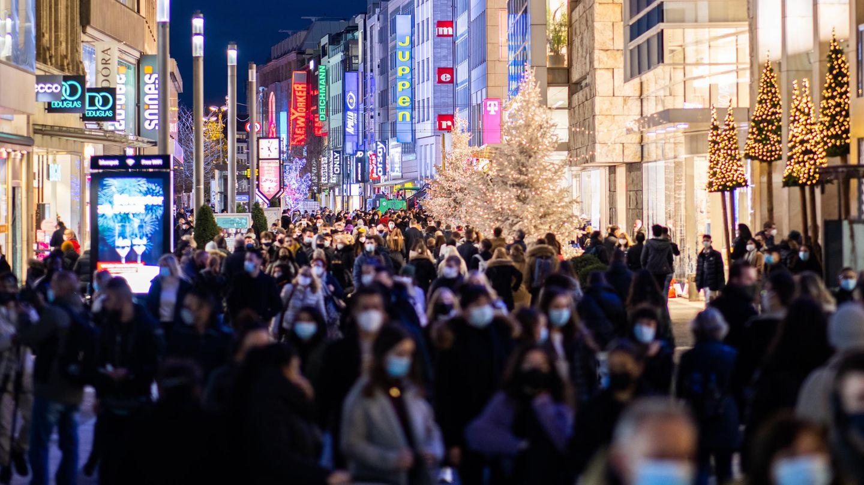 Fußgänger in der Innenstadt von Düsseldorf: Der Einzelhandel soll weiterhin offen bleiben