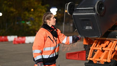"""Cathy Hummels bei """"Schlag den Star"""" - Aufgabe Mülltonnen leeren"""