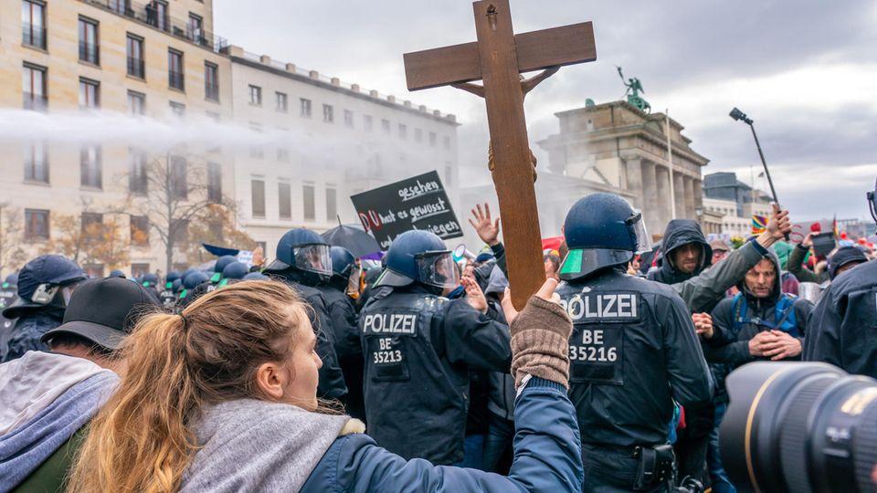 """""""Querdenker"""" und Pietismus: Welche Rolle spielt Glaube bei den Corona-Protesten?"""