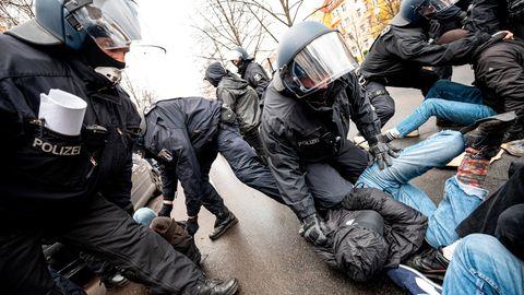 News vom Wochenende: Corona-Proteste und Gegendemonstrationen in Berlin