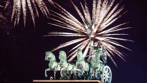 Berlin: Während der Silvesterparty zum letzten Jahreswechsel wird am Brandenburger Tor das offizielle Feuerwerk gezündet