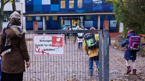 News zum Coronavirus: Grundschüler auf dem Weg ins Schulgebäude