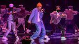 """An Justin Biebers Performance wird man sich vor allem wegen der knalligen Mütze erinnern, die er dabei getragen hat. Der Kanadier trat erstmals seit 2016 wieder bei den American Music Awards auf und gab einMedley seinerHits wie """"Lonely"""" und """"Holy"""" zum Besten."""