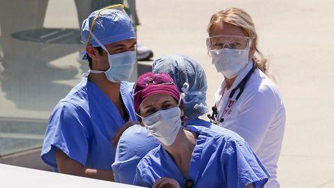 Krankenschwestern vor einem Krankenhaus