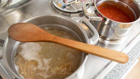 Kochlöffel aus Holz – mit diesen Tricks werden sie wirklich sauber