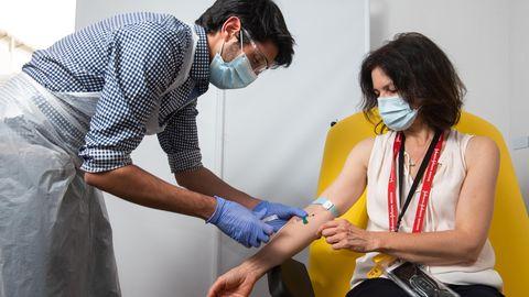 Eine Freiwillige lässt sich den von derUniversität Oxford mit dem Pharmakonzern Astrazeneca entwickeltenImpfstoff injizieren