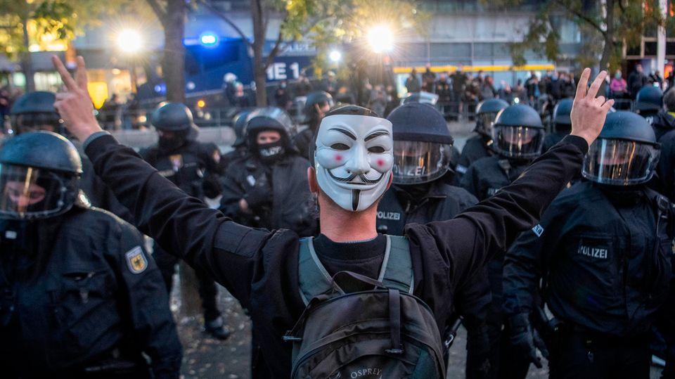 Querdenken-Demonstrant stellt sich Polizisten entgegen