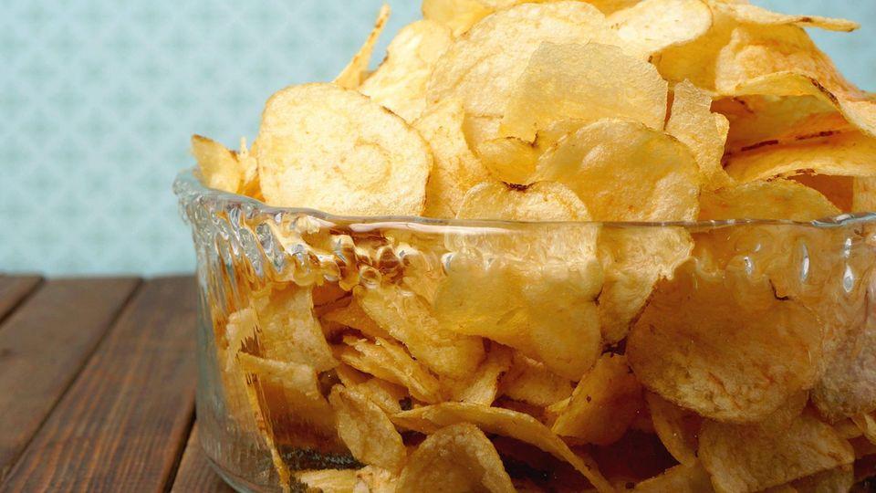 Lifehack: So werden labbrige Chips in wenigen Sekunden wieder knusprig
