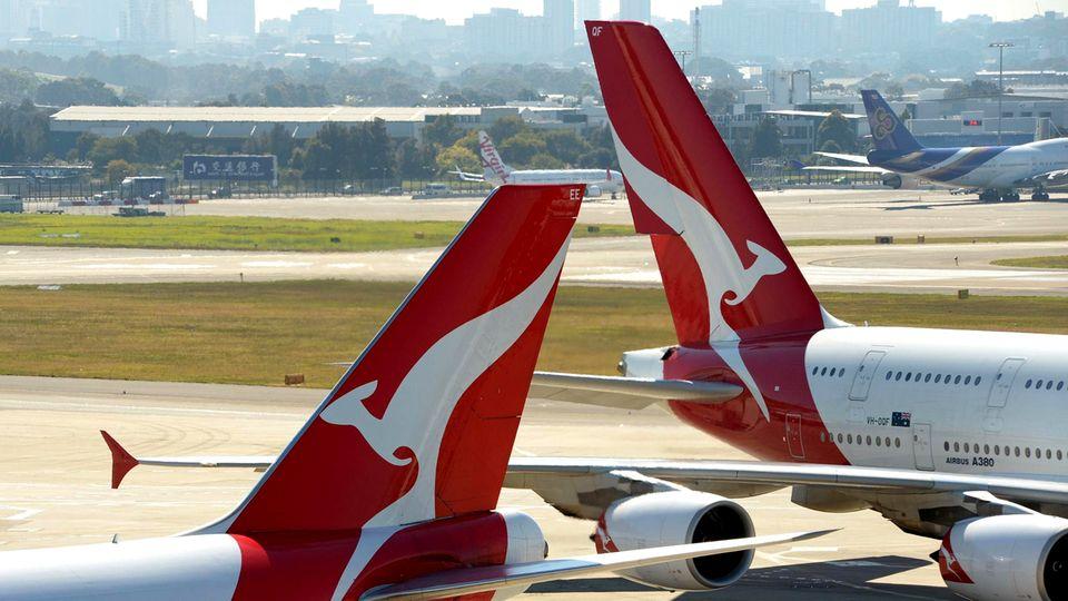 Zwei jets von Qantas amSydneyInternational Airport.Wegen des finanziellen Einbruchs musste Qantas in diesem Jahr 6000 seiner insgesamt 29.000 Stellen kürzen.