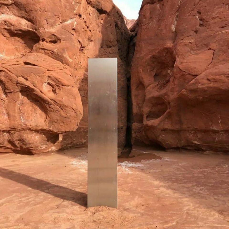 """Das Objekt erinnert etwas an einen schwarzen Monolithen aus dem Stanley-Kubrick-Film """"2001: Odyssee im Weltraum"""""""